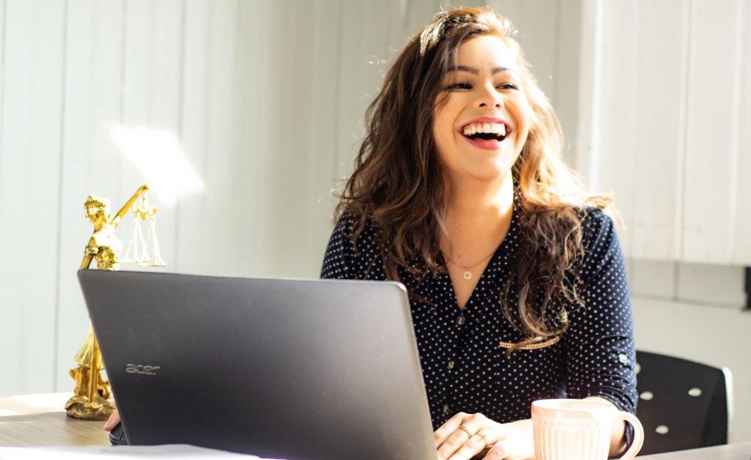 una chica riendo en su entre vista de trabajo en canada